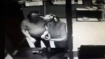 Un abruti teste son pistolet sur sa main !