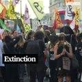 Des militants écologistes marquent la fin de la Fashion Week de Londres avec une marche funèbre