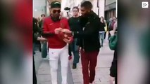 Un hombre se disfraza de Cristiano Ronaldo por París y todos le piden fotos
