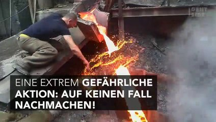Mann fasst in flüssiges Metall, ohne sich die Hand zu verbrennen