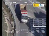 VÍDEO: un conductor de camión cazado usando el móvil