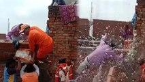 बाढ़ पीड़ितों को राहत सामग्री बांटते के दौरान दीवार से नीचे गिरे डीएम, NDRF का जवान जख्मी