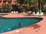 Elle sort de la piscine en marchant sur les mains !