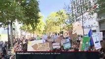 Marche pour le climat : adultes et adolescents main dans la main