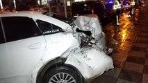 Samsun'da halk otobüsü park halindeki 3 araca çarpıp kaldırıma çıktı: 2 yaralı