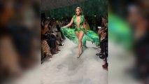 JLo desfila con el vestido de Versace que llevó en los 2000