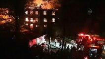 Düzce'de 3 katlı ev yandı: 2 yaralı - DÜZCE