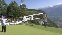 video: Fransız Alpleri'nde kostümlü yamaç paraşütü