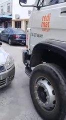 VÍDEO: Un camionero no tiene piedad con un coche mal aparcado