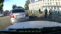 Il sauve un chaton des roues d'une voiture de justesse à Sargatskoye en Russie