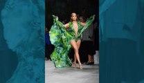 Jennifer Lopez fait sensation à Milan en défilant à nouveau avec sa robe «jungle» ultra sexy de Versace