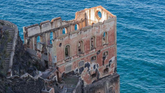 9 Hauntingly Beautiful Abandoned Palaces