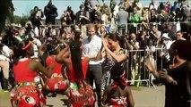 Prinz Harry und Meghan tanzen zu afrikanischen Trommeln