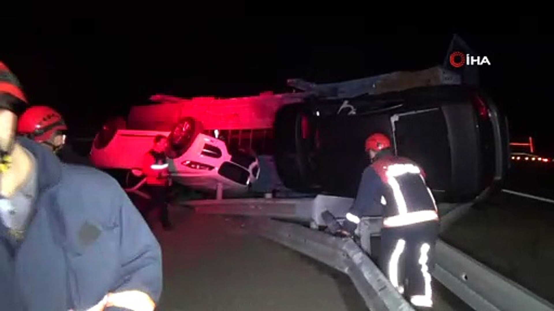 Otomobil taşıyan tır devrildi, sıfır otomobiller hasar gördü