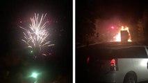 Un camion qui transporte des feux d'artifices prend feu après un accident de la route