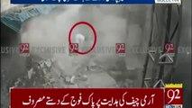 Imágenes de cómo un hombre salva milagrosamente la vida en el terremoto de Pakistán