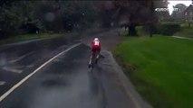 Ce cycliste tente de traverser une énorme flaque d'eau pendant un contre la montre... Enorme gamelle