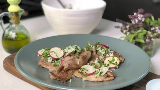 Chuleta de res salteada con hierbas, cebolla y rábanos