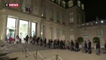 Paris : une foule d'anonymes rend hommage à Jacques Chirac sur le perron de l'Elysée