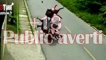 Un livreur fait une roue arrière et cause un gros accident avec un autre motocycliste