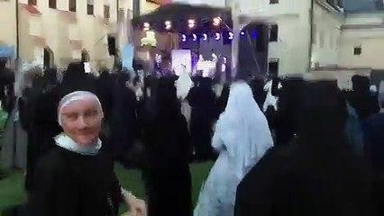 Des bonnes sœurs organisent une rave party
