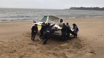Un bateau échoué sur la plage