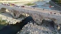 Bin 635 yıllık, dünyanın en eski köprüsüne sprey boya ile yazı yazdılar