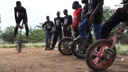 Jóvenes nigerianos encuentran estabilidad gracias a sus monociclos