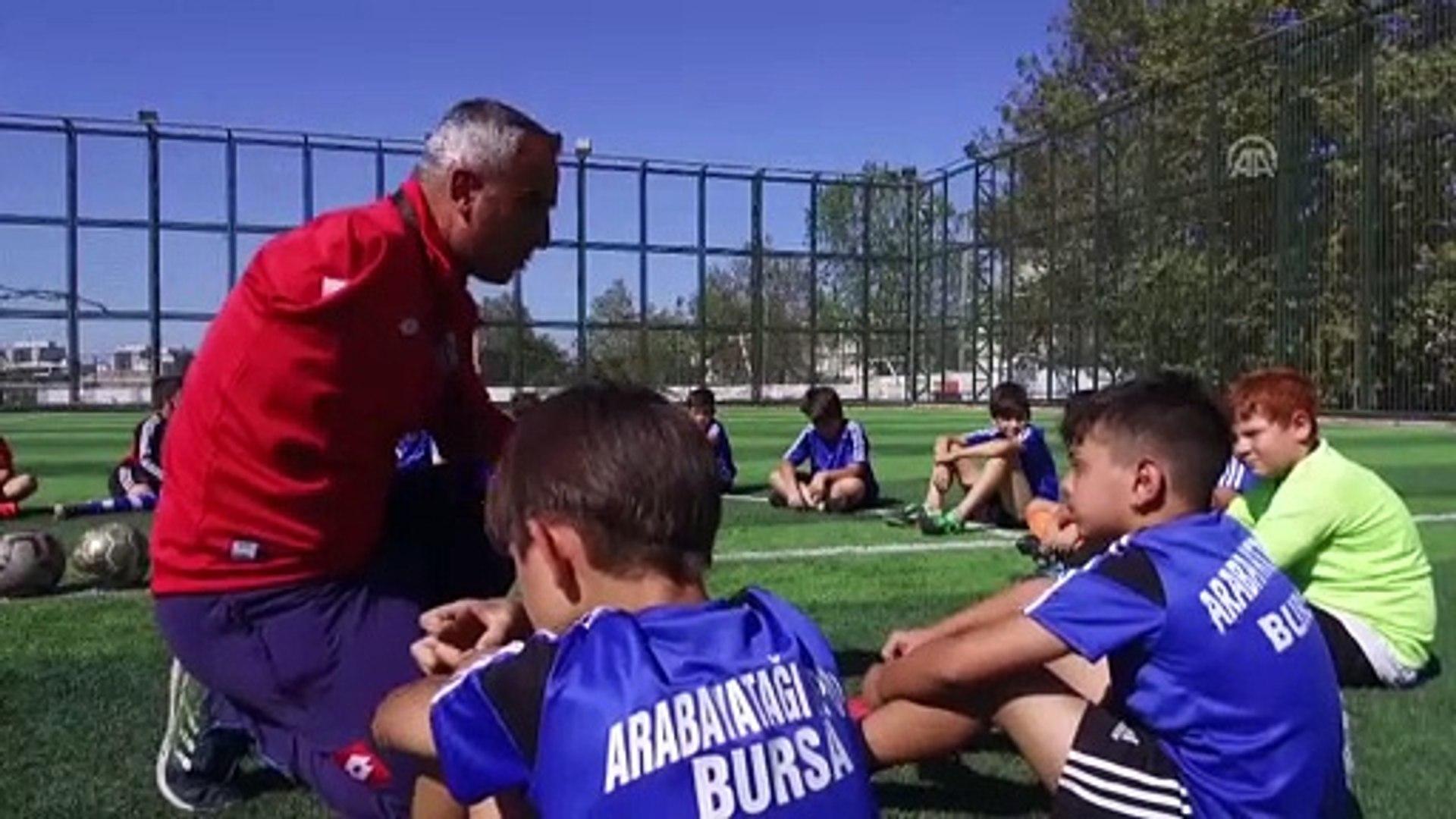 Futbol tutkusu tek koluyla hayata bağladı - BURSA