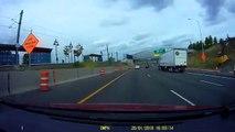 Un conducteur se retrouve avec une bâche sur le pare-brise en pleine autoroute... terrifiant
