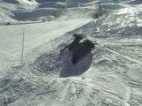 Régis saute une bosse en ski parabolique