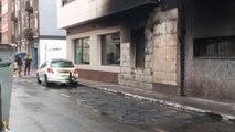 El incendio de unos contenedores afecta a una fachada y vehículos en Getxo