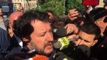 """Salvini in piazza contro Raggi: """"Dimettiti"""". I 5s portano mojito"""