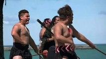 İngilizlerin Yeni Zelanda'ya inişinin 250. yıl dönümünde Maoriler Waka dansı yaptı