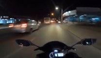 Un motard accélère comme un fou dans la circulation et termine contre une voiture !