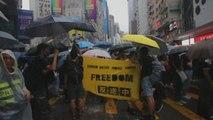 Miles de hongkoneses vuelven a tomar las calles desafiando ley anti-máscaras