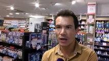 David explique la télémédecine dans sa pharmacie.