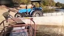 Quand tu te rates en voulant débarquer un tracteur d'un bateau !