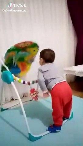 Un enfant très intelligent avec son transat ! WOW
