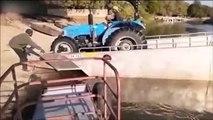 Il débarque son tracteur d'une barge et se rate complètement
