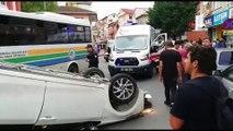 Kazadan saniyelerle kurtuldular...Park halindeki otomobilin lastiğine çarpıp böyle takla attı