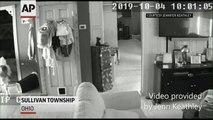 Un bouc entre dans une maison en pleine nuit et s'endort dans la salle de bains