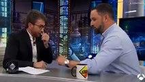 ¡Momentazo genial de Abascal! El de Vox termina su entrevista con Motos quitándole un regalo