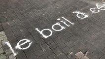 L'artiste Gjis Van Bon dessine des mots sur les pavés du centre-ville