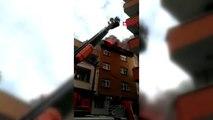 Bağcılar'da çatı yangını; mahalleli sokağa döküldü