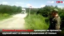 Este camión ignora el límite de carga y al tratar de pasar por un puente de madera pasa esto…