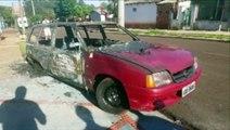 Veículo é destruído por incêndio no Conjunto Melissa e fogo quase se espalha para casa
