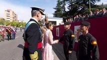 Los Reyes animan al paracaidista accidentado hoy en el desfile de las Fuerzas Armadas