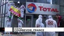 Manifestanti attaccano la sede di Total a Parigi