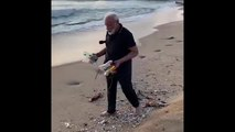 Modi da ejemplo y recoge plástico en la playa